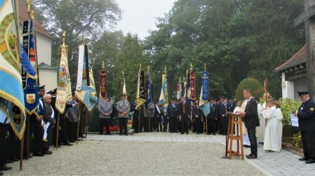 Ein Spalier mit Fahnen bildete den feierlichen Rahmen am Kriegerdenkmal, als Wertingens Bürgermeister Willy Lehmeier seine Rede hielt.
