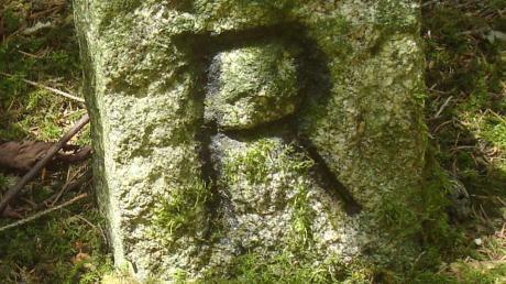 """Dieser Grenzstein in Asbach zeugt mit einem """"R"""" davon, dass Asbach einst zu Rieblingen gehörte."""