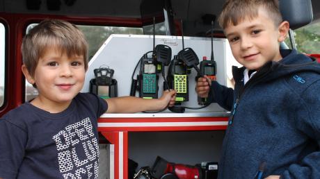 """Der Feuerwehr-Nachwuchs interessiert sich schon: Johann und Jakob """"inspizieren"""" den Einsatzleitwagen der Feuerwehr Wertingen."""