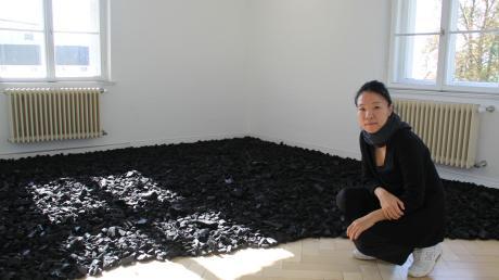 Verbrannte Erde – Spuren des Krieges: Jana Heim-Kwon arbeitet seit vier Wochen als Stipendiatin in Wertingen. Ihre Kunst zeigt sie zusammen mit anderen Künstlern in der Städtischen galerie. Vernissage ist am Sonntag.