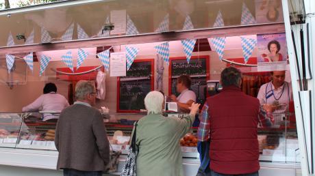 Fast alle Verkäufer auf dem Wochenmarkt machten beim Oktoberfest mit und schmückten ihre Stände.