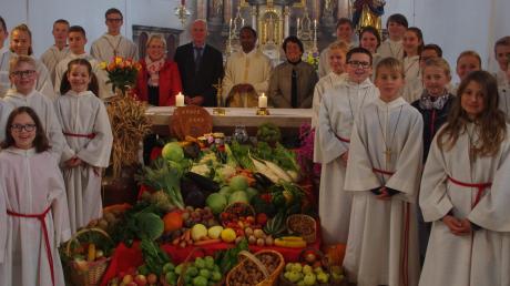 Pater Biju wirkt zehn Jahre in Zusamaltheim. Das Bild zeigt ihn mit den Ministranten und (hinter dem Altar von links) Pfarrgemeinderatsvorsitzender Maria Bunk, Kirchenpfleger Albert Bunk, Mesnerin Agnes Schindler.