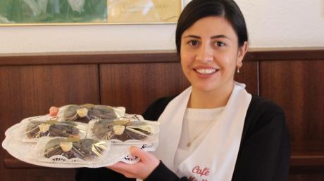 Im Café Madlon gibt es Seelenbrezen mit Puderzucker oder Glasur und mit oder ohne Rosinen. Eine Spezialität des Hauses hält Verkäuferin Meltem Güley in den Händen: die Pralinen-Seelenbrezen aus Makronenmasse.