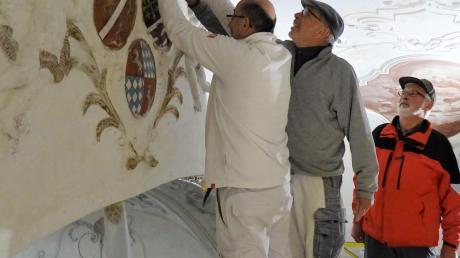 Kirchenpfleger Wilhelm Kotschner (rechts) schaut den beiden Stuckateuren Thomas Salveter und Christian Wegerhoff über die Schulter.