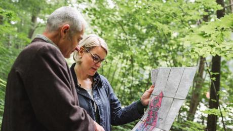 WBV-Geschäftsführer Jürgen Kircher informiert Bürgermeisterin und Forstreferentin Eva Weber über die Situation im Wald. Sie ist als Vertreterin der Stadt Augsburg nun auch in der Waldbesitzervereinigung der Region Augsburg.