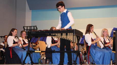Wahrlich durch den Raum galoppierte Robin Blessing mit seinem Xylofon – die Zuschauer in der Binswanger Mehrzweckhalle forderten applaudierend eine Zugabe.