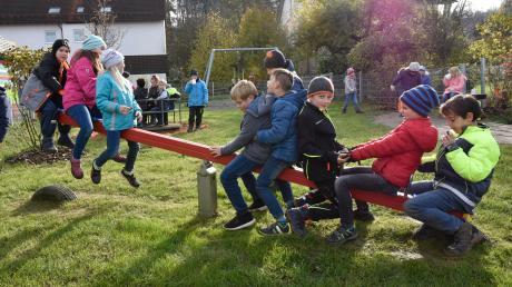 Viel Spaß hatten die Binswanger Kinder bei der Eröffnung des neuen Spielplatzes in der Gartenstraße. Im Rahmen der Dorferneuerung wurde er gestaltet.