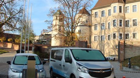 In Wertingen gibt es Autos zum Ausleihen. Vor dem Schloss sind die Fahrzeuge der SWA-Flotte geparkt, darunter auch ein Wagen mit Elektromotor. Per Klick kann ein Zeitfenster gebucht werden. Bevor es aber losgeht, muss eine Kundenkarte beantragt werden.