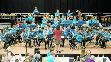 Das Vororchester der Stadtkapelle Wertingen startet jedes Schuljahr mit einer neuen Besetzung und so war das Kaffeekonzert für zehn Musiker der erste Auftritt.