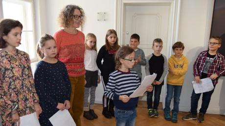 Barbara Mahler und Kinder der Kunstgrundschule Wertingen führten durch die Ausstellung von Hartmut Pfeuffer.