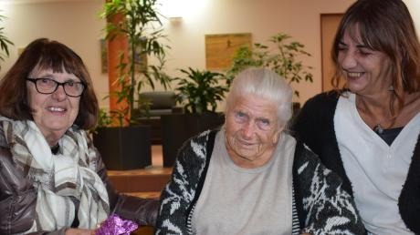 Die 80-jährige Margit Heindl (links) und ihre Tochter Marion Heindl hatten beide Erna Meißner als Lehrerin in der Grundschule. Gleichzeitig waren sie in Unterthürheim die Nachbarinnen der heute 99-Jährigen, die mittlerweile im Wertinger Seniorenzentrum St. Klara lebt. Dort besuchen die beiden Frauen ihre ehemalige Lehrerin und heutige Freundin regelmäßig. Diese Woche überraschten sie sie mit einem Buch, in das viele ehemalige Schüler ihr ganz persönliche Worte geschrieben haben.