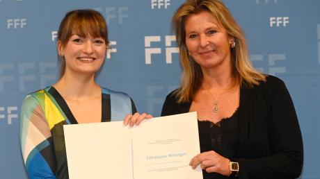 Bayerns Digitalministerin Gerlach überreicht den Preis an Wertingens Kinobetreiberin Färber.