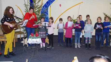 Die Kommunionkinder musizierten zusammen mit Lioba Graf (links ) und Claudia Bäurle.