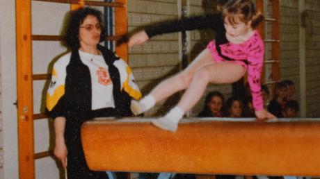 Seit 43 Jahren trainiert und unterrichtet Erika Sendlinger ehrenamtlich im Turnen und präventiver Gymnastik. Das Bild entstand vor rund 20 Jahren mit Tochter Margit.
