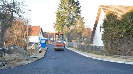 """In der Gartenstraße in Laugna wurde am Dienstag mit dem Asphaltieren begonnen, danach ist das Baugebiet """"Am Wiesenfeld"""" dran."""