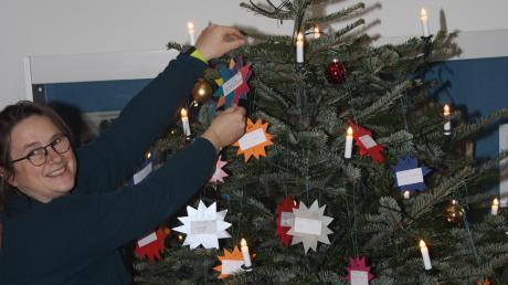 Insgesamt 75 Sterne mit Kinderwünschen hat Julia Unger dieser Tage auf den großen Weihnachtsbaum im Wertinger Schloss gehängt.