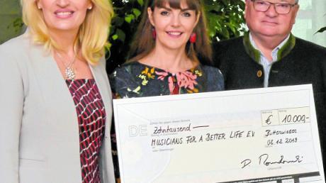 """Wiesia Romakowski (links) und Unternehmer Dieter Romakowski übergaben eine Spende von 10000 Euro an Anne Buter (Mitte) vom Verein """"Musicians for a better life""""."""