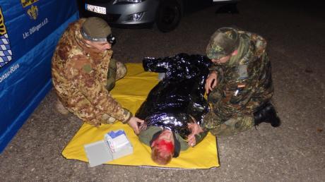 Das Patrouillenteam musste einem verletzten Radfahrer erste Hilfe leisten: eine der Aufgaben beim nächtlichen Orientierungsmarsch der Reservisten.