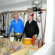 Alois Sailer und sein Nachbar Anton Hopfner. Die beiden haben den ehemaligen Kuhstall umgewandelt zum Ausstellungsraum.