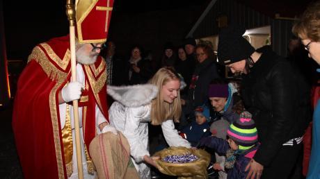 Nikolaus und Schlossengel beschenken die Kinder.