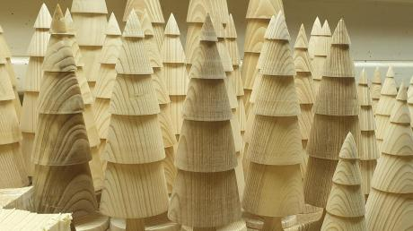 Kleine Tannen aus dem Holz der Napoleonstanne geschnitzt.
