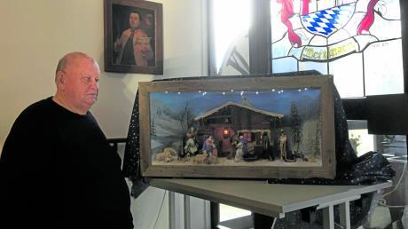 Josef Brunner übergibt die Weihnachtskrippe von ihm und seiner Frau Erika an das Wertinger Heimatmuseum. 50 Stunden Arbeit stecken darin.