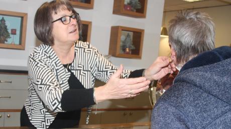 Abschied nach 46 Jahren - Marianne Storr aus Zusamzell hat drei Generationen der Wertinger Familie Hirn als Chefs erlebt. Viele Kunden schätzten auch ihre einfühlsame Beratung.