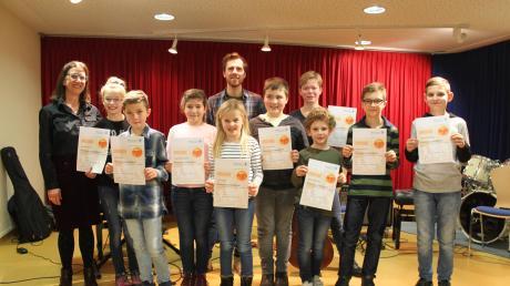 Florian Hirle und Helmuth Baumann haben mit ihren Schülern ein Programm, das von Vielseitigkeit geprägt war, präsentiert und erhielten dafür große Anerkennung.