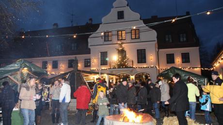 Der Weihnachtsmarkt vor dem Rathaus in Buttenwiesen – am Samstag ist es wieder so weit.