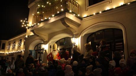 So romantisch ist es auf dem Weihnachtsmarkt in Buttenwiesen, auf dem auch immer der Nikolaus einen großen Auftritt hat – auf unserem Bild zusammen mit den Kindern und Erzieherinnen des Kindergartens Sankt Josef.