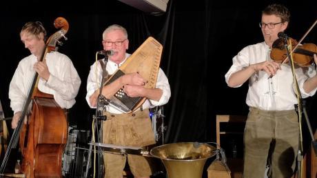 Die drei Musikanten (von links) Bolle Kröner, Manne Köhler, Michael Köhler mit Vollgas auf der Bühne.