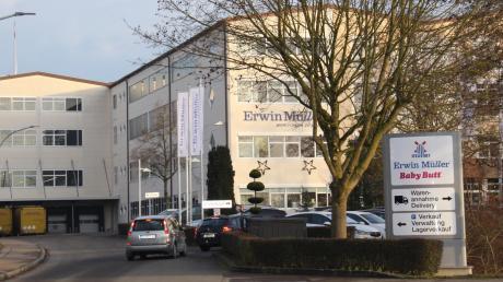 Auf der Vorderseite erreichen die Kunden von der Bachstraße her das Versandhaus Erwin Müller.