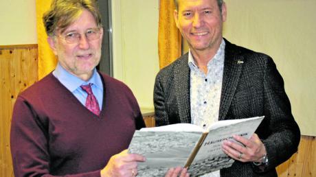 Wolfgang Schuberth aus Zusamaltheim erforschte die Dörfer der Heimat. Wertingens Bürgermeister Willy Lehmeier (rechts) gratuliert ihm zum Werk.