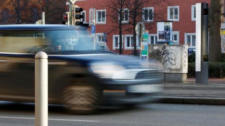 In der Gemeinde Laugna wird zu schnell gefahren, insbesondere im Gemeindeteil Asbach. Seit geraumer Zeit denken Bürgermeister Johann Gebele und die Gemeinderat darüber nach, wie das Problem gelöst werden kann.