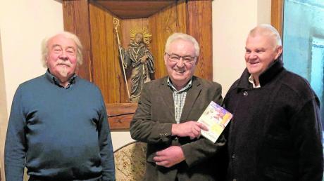 """Stolz präsentierte Xaver Röder (Mitte) sein Buch """"Mühlenfieber"""". Der Wertinger Künstler und akademische Maler Manfred Nittbaur (links) gestaltete die Bucheinfassung, Alfons Epple war der Lektor des Werkes."""