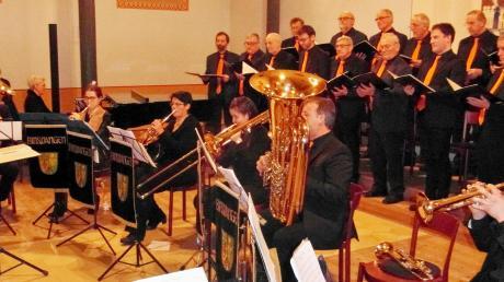 """Das Männerensemble des Gesangvereins Binswangen glänzte bei seinem Auftritt zusammen mit der Bläserformation """"Brass Bi"""" unter Leitung von Anton Kapfer."""