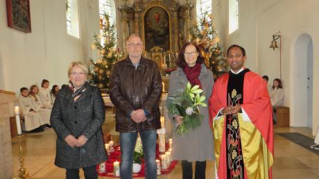 Pfarrer Pater Biju (rechts) sowie Pfarrgemeinderatsvorsitzende Maria Bunk (links) und Gerhard Deisenhofer von der Kirchenverwaltung bedankten sich bei Elisabeth Dirr für die 25-jährige Leitung des Kirchenchors Zusamaltheim.