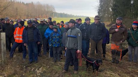 Marc Koch und seine Schwarzwild-Bracke Finn führten die rund 50-köpfige Truppe bei der Exkursion an.