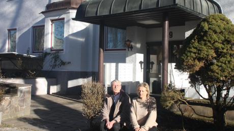 Wolfgang Plarre engagiert sich seit Jahrzehnten in der Flüchtlingsarbeit. Hier sitzt er mit Isabella Nater von der Diakonie Neu-Ulm vor dem ehemaligen Augsburger Hof. Das Gebäude war zunächst Erstaufnahmeeinrichtung. Jetzt ist es eine Gemeinschaftsunterkunft.