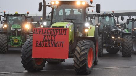 Der 29-jährige Landwirt Reiner Egger aus Hohenreichen führte die Kolonne von rund 100 Traktoren an, die sich am Sonntagmorgen von Wertingen aus auf den Weg zur Demonstration nach Augsburg machte.