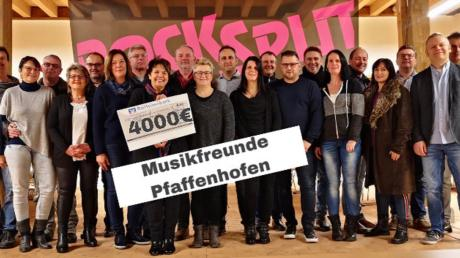 Gemeinsam sammelten und übergaben die Musikfreunde Pfaffenhofen sowie die Bands Rocksplit und Grey insgesamt 4000 Euro an den Verein Glühwürmchen, der sich für krebskranke Kinder einsetzt.