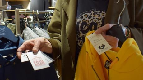 Cathrin Schneider legt Wert auf nachhaltige und fair gehandelte Kleidung. So wählt sie möglichst Marken aus, die sich entsprechenden Prüfungen unterziehen. Oft ist dies durch ein Label auf dem Produkt ausgewiesen. Klassische Hemdenmarken dagegen verzichten auf ein Label, legen dafür den Werdegang ihrer Produkte übers Internet und in Prospekten offen.