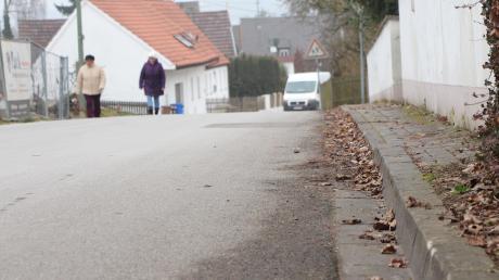 Noch müssen Fußgänger, die von der Staufergasse kommen, ein Stück weit auf der Straße laufen, wenn sie in die Riedgasse einbiegen (siehe Bild).