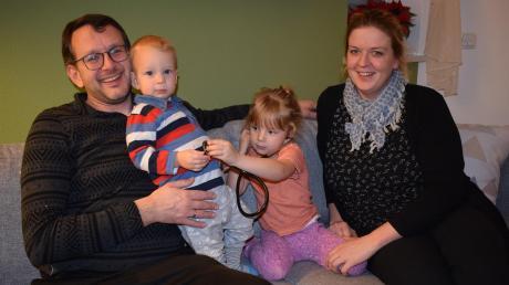 Markus Brinkmann unterstützt seine Frau Agnes im Haushalt und bei der Betreuung der Kinder Miriam und Anton. So konnte die 39-Jährige in die Hausarztpraxis ihrer Mutter in Wertingen einsteigen.