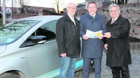Der Landkreis Dillingen unterstützt mit einem Zuschuss in Höhe von 1000 Euro das Carsharing-Modell der Stadt Wertingen. Bei der Übergabe des Zuschusses dabei waren: (von links) Zweiter Bürgermeister Johann Bröll, Landrat Leo Schrell und der Wirtschaftsreferent der Stadt Wertingen, Alfred Schneid.