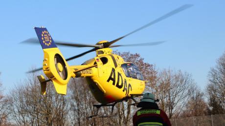 Auf dem Gelände des Wertinger Krankenhauses dürfen seit 2013 keine Hubschrauber mehr landen. Seitdem wurde ein dauerhaftes Provisorium auf einem nahen Sportplatz eingerichtet. Manchmal hilft seitdem die Feuerwehr aus, um die Landung der Hubschrauber abzusichern.