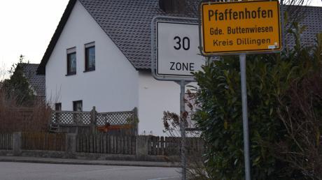 Grundstückseigentümer haben die Pflicht, ihre Hecken und Sträucher so zurückzuschneiden, dass die Verkehrssicherheit nicht gefährdet ist, sprich auch alle Schilder gut sichtbar sind. Das ist in diesem Fall geschehen.