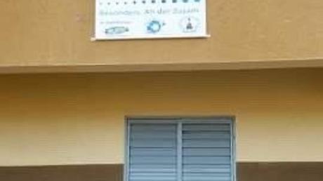 Ein Schild weist am neuen Schulanbau auf die Unterstützung aus Buttenwiesen hin.