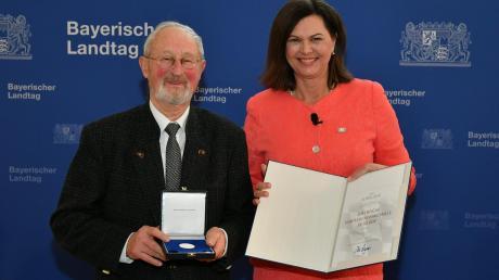 Landtagspräsidentin Ilse Aigner überreicht die Bayerische Verfassungsmedaille in Silber an Alfred Sigg aus Wertingen.