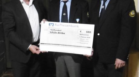 Eine Spende von 500 Euro für den Schulanbau in Burkina Faso übergaben Vorsitzender Georg Fendt und Stellvertreter Xaver Hillenmeyer an Bürgermeister Hans Kaltner (links).
